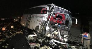 Yolcu otobüsü kamyona çarptı, gece yarısı can pazarı yaşandı
