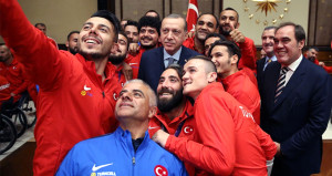 Erdoğan millileri kabul etti, şampiyonlar peş peşe selfie çekti!