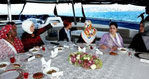 First Lady, D-8'e katılan liderlerin eşlerini teknede ağırladı!