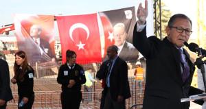 Topun ağzındaki başkan, istifa sinyali verirken Erdoğan posteri asmadı