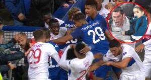 Kucağında çocukla futbolcuya saldıran taraftar, geceye damga vurdu