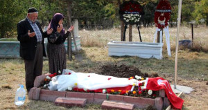 Şehidin ağlatan vasiyeti! Eşinin beyaz gelinliği mezarına serildi