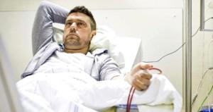 Ünlü futbolcu hastaneden çıkamıyor