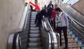 Yürüyen merdivene ters yönden binen yaşlı adam mahsur kaldı!