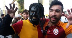 Taksim'de yerli Gomis'e büyük ilgi