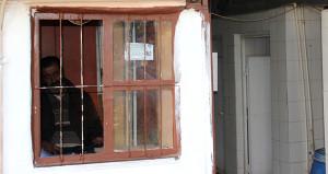 Karısı sokağa attı, 1 metrekarelik tuvalette yaşıyor