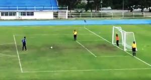 Penaltı kaçtı sanıp erken sevinen kaleci, gafil avlandı