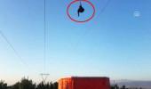 Rüzgarın azizliğine uğrayan paraşütçü, elektrik tellerine takıldı!