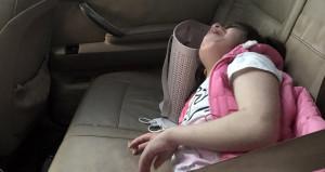 Annesi araca kilitleyip gitti! Engelli kız, ağlayarak yardım bekledi