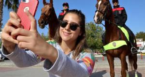 Atlı polislere yoğun ilgi! Fotoğraf çekme yarışına girdiler