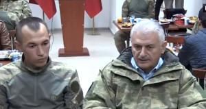 Kamuflaj giyip Dağlıca'daki askerlerle yemek yedi!