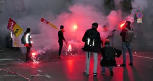 Paris savaş alanı! Macron'un reformlarına karşı sokağa döküldüler