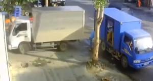 Arkadaşı fark etmedi, talihsiz adam iki kamyonetin arasında sıkıştı