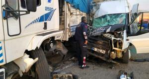 İşçileri taşıyan minibüs, kamyonla çarpıştı: 1 ölü, 24 yaralı