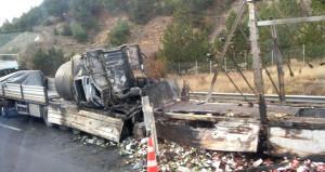Otobanda bir aileyi yok eden kaza! İki TIR'ın arasında ezildiler