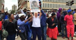 Zimbabve halkı darbecilere teşekkür için sokaklara döküldü