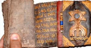 Altın yazmalı Tevrat, satılmak üzereyken ele geçirildi!