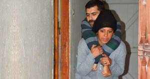 Hem ailesini hem de bacağı kesilen kocasını sırtında taşıyor