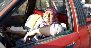 Maşallah Fatma Teyze'ye! 71 yaşında kamyonetle pazarlara ürün taşıyor