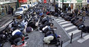 Camiye kilit vuran Fransızlar, sokakta namaz kılmayı da yasaklıyor!