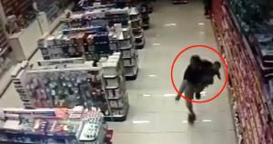 Kucağındaki çocuğuna aldırmadan market soyguncularıyla çatıştı