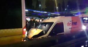 Metrobüs yolunda kaza! Hızla gelip arkadan bindirdi