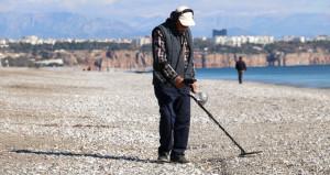 Antalya plajlarını define avcıları bastı! Dedektörlerle arama yaptılar
