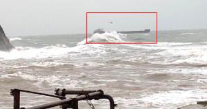Rus gemisi sürüklendi, mürettebat helikopterle kurtarıldı!