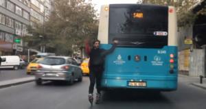 Önce otobüsün arkasına tutundu, sonra yolcu kızı taciz etti