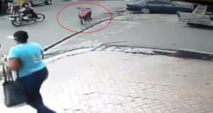 Sürücüsüz motosiklet, yolda yürüyen kadına çarptı