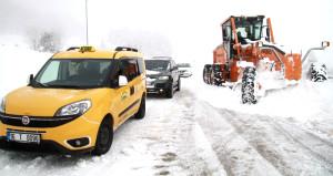 Uludağ'da kar kalınlığı 1 metreye ulaştı, araçlar yollarda kaldı