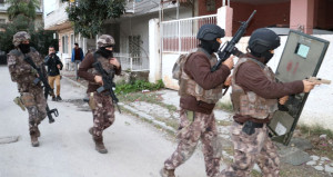 Adana'da silahlı rehine alarmı! Polisin ikna çabası sürüyor