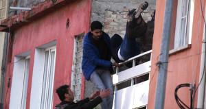 Adana'da silahlı rehine operasyonu! Polisler eve gaz bombasıyla girdi
