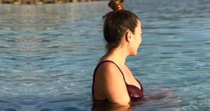 Fotoğraf Türkiye'den! Güzel oyuncu denize girip nispet yaptı
