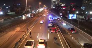 Mecidiyeköy'de 4 araç birbirine girdi! Bir şerit trafiğe kapandı