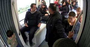 Tramvaydaki sosyal deney kontrolden çıktı, az daha linç ediliyordu
