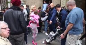 Ünlü aktrist, yürüyeceği kaldırımı elektrik süpürgesi ile temizletiyor