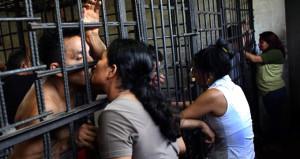 Hapishaneye uyuşturucu sokacaktı, öpücükle gelen paket içinde patladı