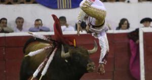 Matador yaralı boğadan kaçamadı, darbeyi en kötü yerden aldı