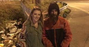 Gece yarısı otoyolda benzini bitti, yardımına evsiz adam koştu