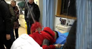 Sırtına saplanmış mızrakla hastaneye geldi, görenler dondu kaldı