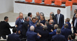 Burası Meclis! AK Parti ve CHP'li vekiller birbirine girdi