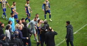 Saha karışınca başkan, oyuncusuna talimat verdi: Bizim kaleye gol at