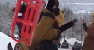 Şişme yatakla kayak yapan tatilcinin çarptığı kadın, havada takla attı