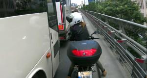 Motosikletli kadından otobüs şoförüne yumruklu tepki!