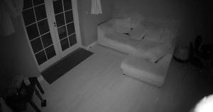 Salondaki kameranın yakaladığı sır görüntü, izleyeni ürkütüyor