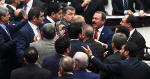 Bakan, Necip Fazıl'ın sözleriyle yüklendi, Meclis birbirine girdi!