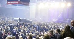 Konserde dehşet anları! Seyircilerin üzerine 120 kiloluk boru düştü