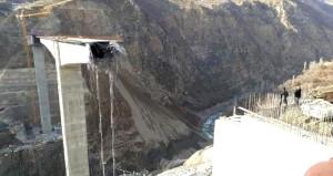 Türkiyenin en büyük viyadük asma köprüsü çöktü!