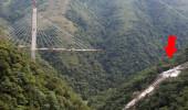 Dev köprü inşaatı çöktü, işçiler 280 metre derinliğindeki vadiye düştü